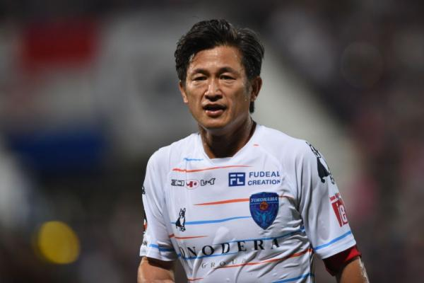 يوكوهاما الياباني يمدد عقد كازويوشي ميورا 54 عام